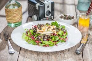 Salati ar griletu sieru un melno olivu tapenadi_Aikagarso